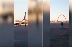रनवे पर दौड़कर यात्री ने पकड़ी अपनी फ्लाइट