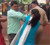 तारीख-पर-तारीख से गुस्साई महिला ने कोर्ट में ही पति को पीटा, सिपाही को भी जड़ा थप्पड़ (Pics)