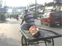डॉक्टरों की लापरवाही, शव को पोस्टमार्टम के लिए रिक्शा पर भेजा (Pics)