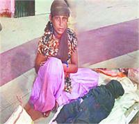 एंबुलेंस न मिलने पर बेटी की लाश गोद में लेकर रात भर रोती रही मां, DM ने कहा-कराएंगे जांच