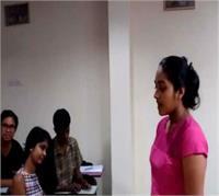 श्रीलंका की ये छात्रा गाती है हिंदी में गाना