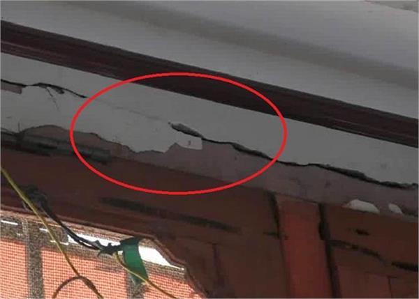 तस्वीरों में देखिए, घर की छत पर गिरा ट्रक