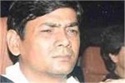 कैमरे के सामने खिलौने के साथ अपना मुंह छिपाते नजर आए पापा शाहरुख के कलेजे के टुकड़े अबराम!