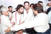 जमकर मचा बवाल, जब राजबब्बर ने दिया कार्यकर्ताओं को मंच से धक्का