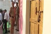 CM योगी का आगरा दौरा इस गांव के लिए बना मुसीबत, प्रशासन ने घरों के बाहर जड़े ताले