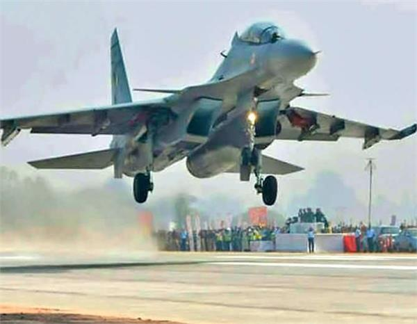 एक्सप्रेस-वे बना रणक्षेत्र, लड़ाकू विमानों ने दिखाया कौशल और जौहर
