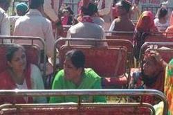मंडी में राहुल की रैली को लेकर पड्डल मैदान में कुर्सियों के पीछे छिपे लोग