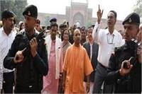 विवादों के बीच ताजमहल में दाखिल हुए CM योगी, गूंजे जय श्री राम के नारे