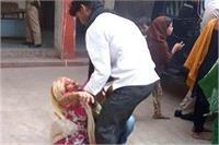 छेड़छाड़ का विरोध करने पर दबंगों ने महिला काे पीटा, थाने में न्याय के लिए बिलखती रही बेटी
