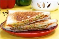नाश्ते में बनाएं टेस्टी-टेस्टी आमलेट सैंडविच