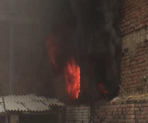 ट्रांसपोर्ट नगर के गोदाम में लगी भीषण आग, फायर ब्रिगेड की 4 गाड़ियां मौके पर