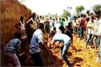 मिट्टी में जिंदा दफन हो गए बच्चे, 2 की दर्दनाक मौत