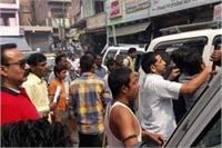बीच बाजार कार रोककर दबंगों ने भांजी लाठियां, मौके पर 8 गिरफ्तार