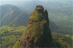 खूबसूरत नहीं, बेहद खतरनाक भी है पहाड़ी के टॉप पर बना यह किला