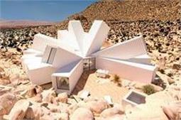 इस शख्स का कमाल, रेगिस्तान में बेकार पड़े कंटेनर काे बनाया खूबसूरत घर