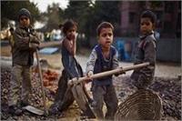 PWD के जेई द्वारा बच्चों से करवाई जा रही है बाल मजदूरी