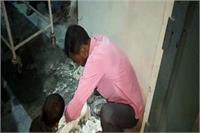लापरवाहीः डॉक्टराें ने प्लास्टर काटने से किया इंकार, खुद काटने काे मजबूर हुए परिजन