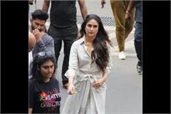 टी-शर्ट नहीं, इस बार ट्रेंच कोट में एयरपोर्ट पर दिखीं Kareena