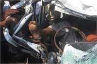खूनी बस ने कार को रौंदा, गाड़ी को काटकर कुछ इस तरह से निकाले गए शव