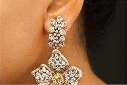 दीवाली पर खुद को ट्रैडीशनल लुक देने के लिए ट्राई करें ये Designer Earrings