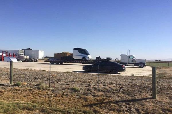 लांच से पहले स्पॉट हुअा Tesla का इलेक्ट्रिक Semi truck