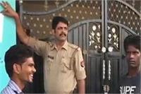 फरार चल रहे पूर्व सपा विधायक मोहम्मद अशरफ के घर पर पुलिस की मुनादी की कार्रवाई