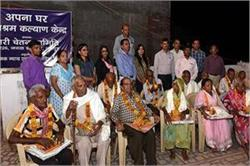 वृद्धाश्रम में बुजर्गों के साथ मनाई दिवाली
