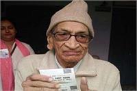 निकाय चुनाव: इनके लिए नहीं है ठंड, 91 साल के बुजुर्ग ने डाला सबसे पहले वोट