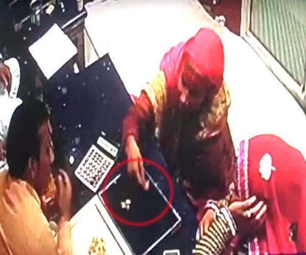 शातिर अंदाज से चुरा ले गई ज्वैलरी, CCTV में कैद हुई महिलाओं की करतूत