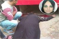 जोरदार टक्कर में सड़क पर गिरे दंपत्ति, महिला के सिर के ऊपर से निकला बस का टायर