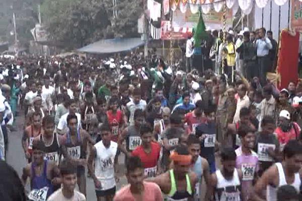 संगम नगरी इलाहाबाद में इंदिरा गांधी की 100वीं जयंती पर दौड़े धावक