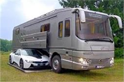 घर जैसी फीलिंग देती है यह लग्जरी बस, बेडरूम से लेकर कार पार्किंग की है सुविधा