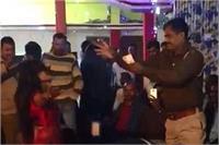 बार बालाओं के ठुमकों पर पुलिसकर्मी ने उड़ाए नोट, वीडियो वायरल