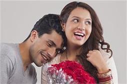 पति-पत्नी में रोमांस रखना है बरकरार तो न करें इन बातों की शर्म