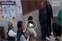 फर्रुखाबाद में वोटिंग के दौरान हंगामा, दारोगा से हाथापाई कर लहराए तमंचे