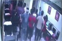 छात्र काे छेड़छाड़ करना पड़ा भारी, पीड़िता के भाई ने काेचिंग में जाकर पीटा, वारदात CCTV में कैद