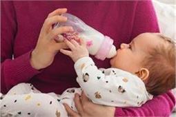 प्लास्टिक नही, कांच की बोतल हैं बच्चे के लिए बेस्ट