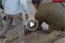 पुलिस की गुंडागर्दी का वीडियो वायरल, सरेआम युवक को बेरहमी से पीटा