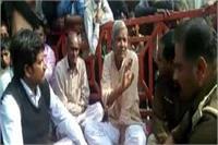 नशे में धुत्त बाराती को बस में ना बिठाने को लेकर विवाद, धरने पर बैठे BJP विधायक