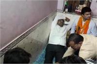 योगी के कद्दावर मंत्री नंद गोपाल गुप्ता का कार्यकर्त्ता से पैर दबवाते वीडियो वायरल