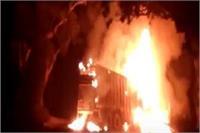 टक्कर के बाद 2 ट्रकों में लगी भीषण आग, 3 लोग जिंदा जले