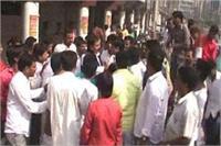 निकाय चुनाव: टिकट कटने पर सपा कार्यकर्ताओं का पार्टी कार्यालय पर हंगामा