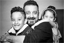संजय दत्त ने बच्चों संग करवाया पहला फोटोशूट, देखिए इनकी Cute तस्वीरें