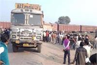 अनियंत्रित ट्रक ने 4 बाइक सवारों को रौंदा, सड़क पर तड़पते रहे 2 भाई