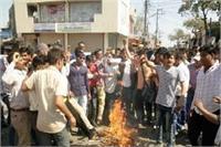 'पद्मावती' के विरोध में हिंदू युवा वाहिनी के कार्यकर्त्ताओं ने भंसाली का फूंका पुतला