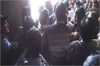 आगरा यूनिवर्सिटी बना अखाड़ा, छात्र संगठनों ने किया जमकर हुड़दंग