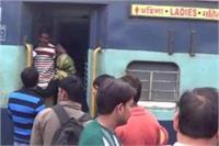 चलती ट्रेन में छेड़खानी का विरोध करना महिला को पड़ा मंहगा, बंधक बनाकर की लूटपाट