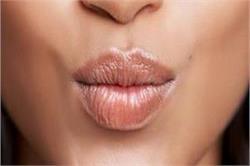 सर्दियों में इन गलतियों के कारण होंठों का रंग हो जाता है काला!