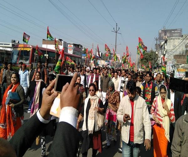 बिजली की दरें बढ़ने से जनता पर बढ़ा बोझ, योगी सरकार के विरोध में उतरे SP कार्यकर्त्ता