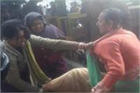 पति के लिए किन्नरों से भिड़ी महिला, जमकर चले लात-घूंसे